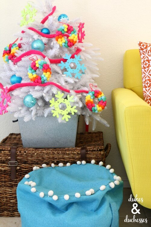 Knit a colorful garland for your Christmas tree this year!